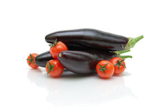 Dojrzali czereśniowi pomidory i oberżyny zakończenie na białym tle Obraz Royalty Free