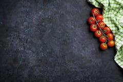 Dojrzali czereśniowi pomidory nad kamieniem Fotografia Stock
