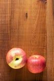 Dojrzali czerwoni jabłka na drewnianym tle Zdjęcia Royalty Free