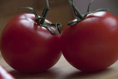 Dojrzali czerwoni pomidory na drewnianym biurku Fotografia Stock