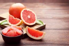 Dojrzali grapefruits plasterki fotografia stock