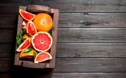 Dojrzali grapefruits w pudełku zdjęcie royalty free
