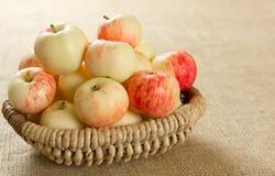 Dojrzali jabłka w pięknym łozinowym koszu Fotografia Royalty Free