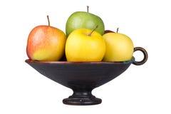 Dojrzali jabłka w wazie na białym tle Fotografia Royalty Free