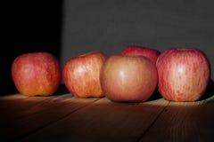 Dojrzali jabłka na drewnianym stole Obraz Stock