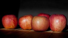 Dojrzali jabłka na drewnianym stole Obrazy Stock