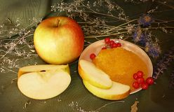 Dojrzali jabłka z miodem Fotografia Royalty Free