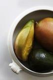 Dojrzali mango i avocado w ceramicznym pucharze Obraz Stock
