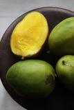 Dojrzali mango na drewnianym stole Zdjęcia Stock