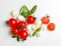 Dojrzali pomidory, mozzarella serowe piłki i basil na białym tle, odgórny widok Zdjęcie Stock