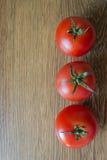Dojrzali pomidory na drewnianym tle Obraz Stock