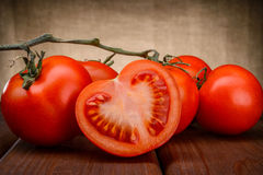 Dojrzali pomidory na drewnie Zdjęcia Royalty Free