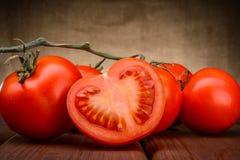 Dojrzali pomidory na drewnie Zdjęcia Stock