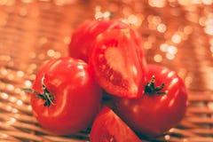 dojrzali pomidory - organicznie warzywa i zdrowy łasowanie projektowali pojęcie obrazy royalty free