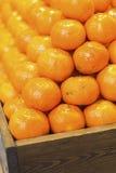 Dojrzali smakowici tangerines w drewnianym pudełku, Ñ  loseup Owoc Zdjęcia Royalty Free