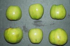 Dojrzali, soczyści jabłka, i zieleń - czerwień fasoli marchewek kalafiorów karmowi naturalni smyczkowi warzywa owoce, warzywa zdr Zdjęcia Stock