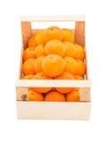 Dojrzali, soczyści tangerines w drewnianym pudełku brogującym jako ostrosłup, Obraz Stock