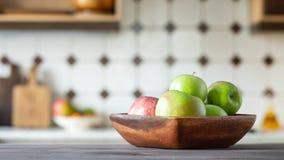 Dojrzali soczyści zieleni jabłka w drewnianym pucharze zdjęcie stock