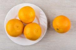 Dojrzali tangerines w bielu talerzu na drewnianym stole i Obrazy Royalty Free