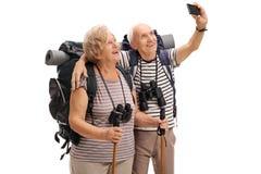 Dojrzali wycieczkowicze bierze selfie Zdjęcia Royalty Free