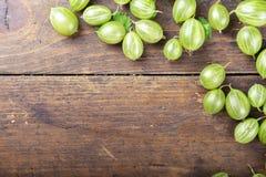 Dojrzali zieleni agresty na drewnianym tle obraz royalty free