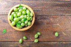 Dojrzali zieleni agresty w drewnianym pucharze fotografia royalty free