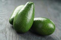 Dojrzali zieleni avocados na drewno stole fotografia royalty free