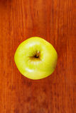 Dojrzali zieleni jabłka i jabłko plasterki na drewnianym szarym tle, odgórny widok Fotografia Royalty Free