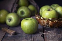 Dojrzali zieleni jab?ka na starym drewnianym tle obraz royalty free