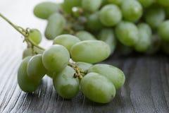 Dojrzali zieleni winogrona na czarnym drewno stole Zdjęcia Royalty Free