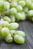 Dojrzali zieleni winogrona na czarnym drewno stole Zdjęcie Stock
