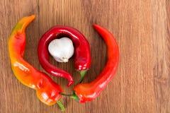 Dojrzały czerwony gorzki chili pieprz na drewnianym stole Fotografia Royalty Free