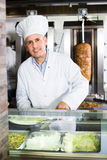 Dojrzały mężczyzna kucharza narządzania kebab z mięsem Obrazy Stock