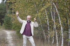 Dojrzały mężczyzna stojak blisko żółtej brzozy Obrazy Stock