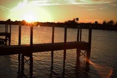 Dok bij zonsondergang stock foto