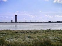 Dok die met toren door estuarium plaatsen royalty-vrije stock afbeelding