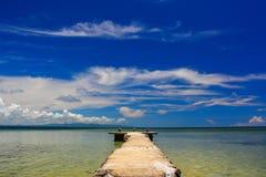 Dok in Fiji met mooi blauw water en rijke blauwe hemel stock afbeeldingen