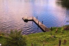 Dok in Leonard Pond in Childwold, New York, Verenigde Staten wordt gevestigd die stock fotografie