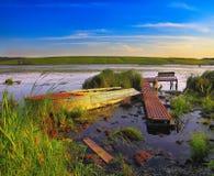 Dok met boot op het meer bij zonsondergang Stock Fotografie