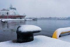 Dok met de veerboot bij de haven van de winterblizzard royalty-vrije stock afbeeldingen