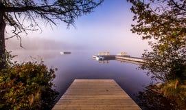 Dok op Lak mont-Tremblant Superieur, Quebec, Canada stock foto's