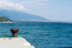 Dokcleats op een Pier To-Touwtjeboten met blauwe overzees als backg Royalty-vrije Stock Foto