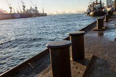 Doki przy Hamburskim schronieniem z żurawiami i statkami zdjęcia royalty free