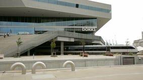 Dokk1 mit dem Zug, der Abflussrinne führt stock video footage