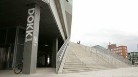 Dokk1 stänger sig upp och panorerar på trappadetaljen stock video