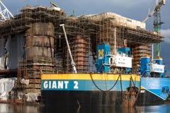 Dokkend booreiland bij de Scheepswerf van Gdansk in aanbouw Stock Afbeeldingen