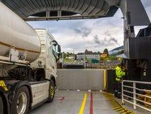 Dokkende die autoveerboot vanuit passagiersgezichtspunt wordt gezien in Noorwegen stock fotografie