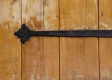 Dokonanego żelaza narzędzia zawias na roczniku plamił drewno fotografia stock