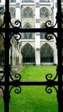 Dokonanego żelaza okno przegapia zielonej trawy podwórze antyczny kościół obrazy stock