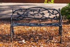 Dokonanego żelaza ornamentacyjna ławka na Oakland cmentarzu, Atlanta, usa zdjęcie royalty free